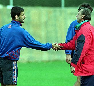 Guardiola y Cruyff se saludan en la �poca de jugador del primero