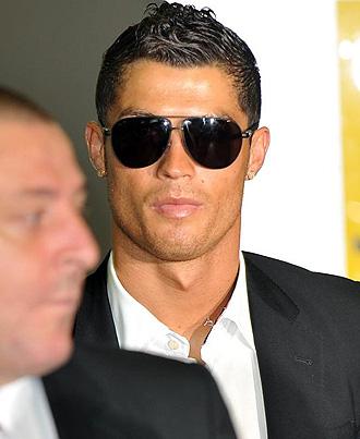 Cristiano Ronaldo, muy serio, llegando a Manchester tras perder la final