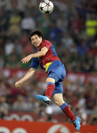 Messi cabecea y marca el 2-0 en la final contra el Manchester.