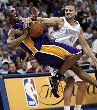 Kobe, golpeado por Linas Kleiza