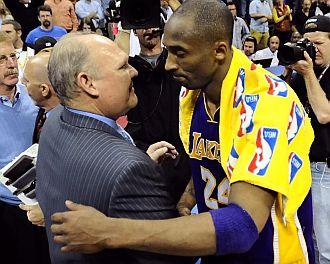 Karl felicita a Kobe Bryant