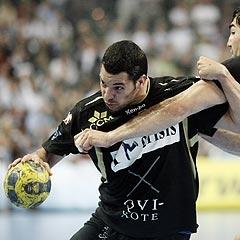 Chema Rodr�guez trata de zafarse de Karabatic en el partido de ida entre Kiel y Ciudad Real.