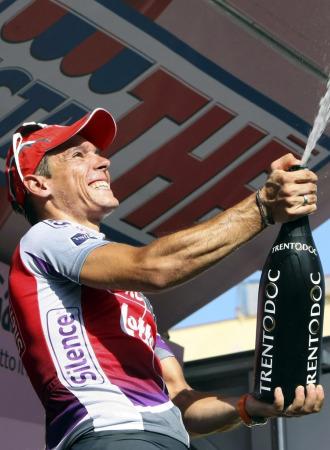 Gilbert celebra en el podio su victoria en la pen�ltima etapa del Giro.