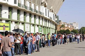 Aficionados hacen cola para comprar su entrada en el Ruis de Lopera.
