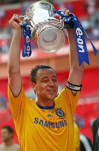 El capitán del Chelsea, Terry, levanta la Fa Cup.