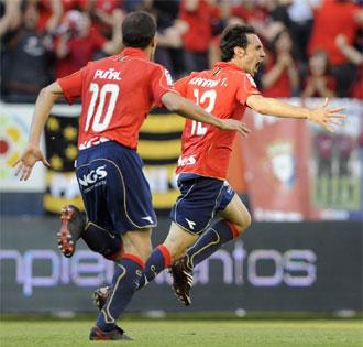 Juanfran celebra ante Pu�al el tanto de la victoria osasunista.