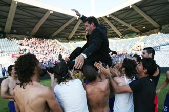 Los jugadores mantearon a Michel tras el pitido final