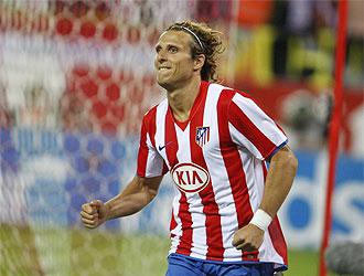 Diego Forl�n celebra su gol frente al Almer�a.