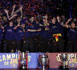 Los jugadores del Barcelona celebran el Triplete en el Camp Nou