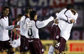 Los jugadores del Lan�s celebran uno de los goles ante San Lorenzo.