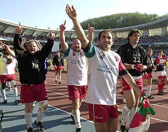 Los jugadores del Biarritz Olympique saludan a sus aficionados tras el triunfo sobre Munster en el a�o 2005 en Anoeta, donde volver�n a jugar el pr�ximo a�o