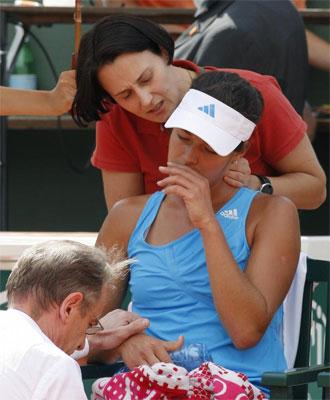 Ana Ivanovic tuvo que ser atendida por problemas en el cuello y en la rodilla.