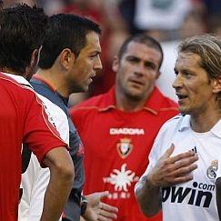 Los jugadores de Osasuna y Real Madrid rodean al �rbitro en un partido del Reyno de Navarra.