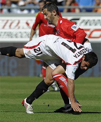 Lautaro Acosta pugna por un balón con Txomin Nagore en un partido