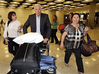Luis Aragonés, en su llegada al aeropuerto de Barajas.