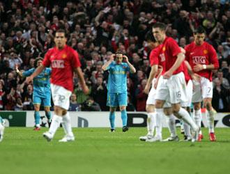 Gabi Milito ante el Manchester United en el partido en el que se lesion� el pasado 29 de abril de 2008.