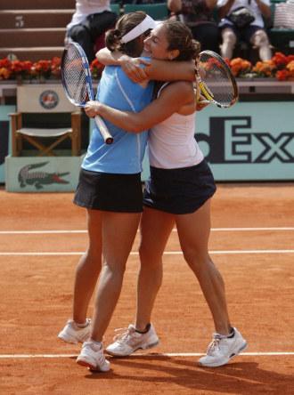 Anabel Medina y Vivi Ruano se abrazan tras conquistar Roland Garros 2009.