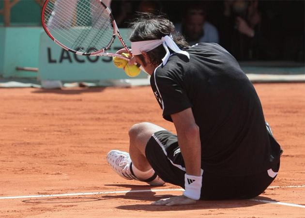 El chileno Fernando Gonz�lez invent� una nueva forma de protestar una bola en Roland Garros. El juez de silla marc� dentro una bola de Soderling que el chileno vio fuera. Como las protestas de Gonz�lez no daban resultado, el chileno decidi� limpiar con el culo la marca de la bola.