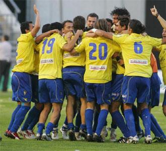 Los jugadores del Cádiz celebran el título conseguido