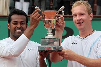 Paes y Dlouhy, con el trofeo de ganandor de dobles