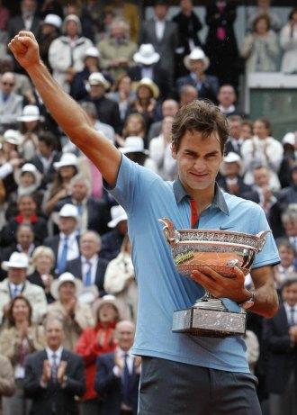 Roger Federer celebra su t�tulo en Par�s con el brazo al cielo.