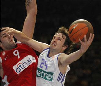 Ra�l L�pez intenta penetrar ante Bourousis en un encuentro de Euroliga.