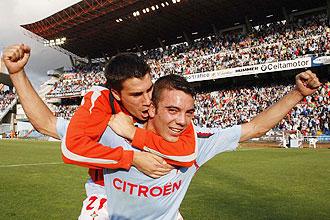 Iago Aspas es abrazado por su compa�ero Dani Abalo tras marcar los dos goles ante el Alav�s que aseguran la salvacion del Celta