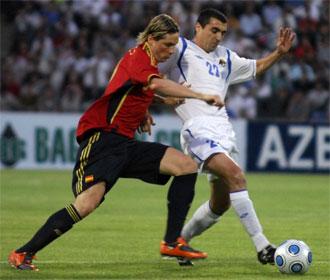 Fernando Torres disputa un bal�n con un jugador de Azerbay�n.