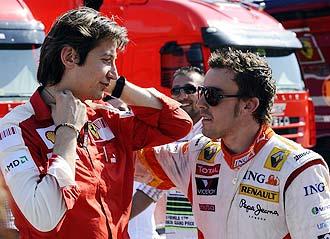 Fenando Alonso dialoga con Massimo Rivola, 'team manager' de Ferrari, tras el Gran Premio de Turquía.