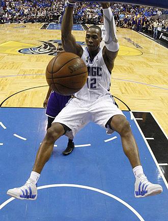 Dwight Howard machacando el aro de los Lakers