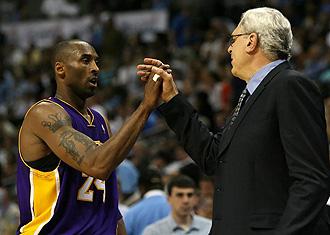 Phil Jackson felicitando a Kobe Bryant