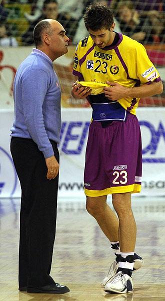 Juan Carlos Pastor da �rdenes a uno de sus jugadores
