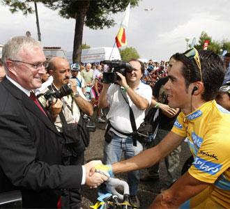 El presidente de la UCI junto a Contador.