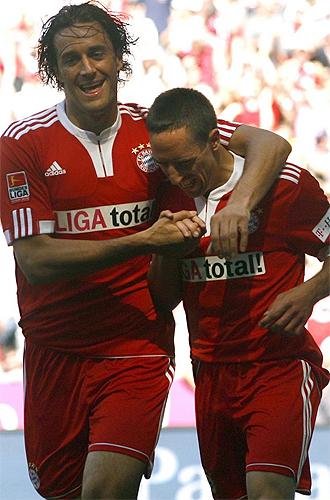 Toni celebra un gol con Rib�ry