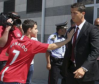 Un aficionado del United saluda a Cristiano