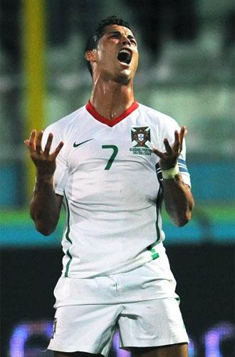 Cristiano se lamenta tras una ocasi�n fallada con Portugal.
