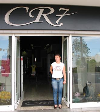 Una de las hermanas de Cristiano, a la puerta de la tienda de Madeira