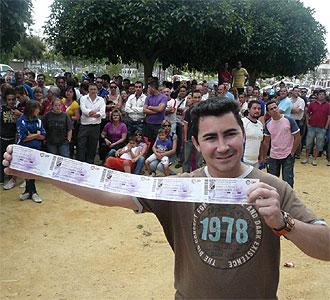 Un aficionado muestra las entradas para el partido.