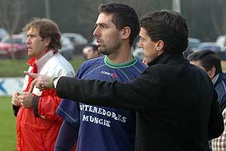 Larrazabal da instrucciones a Oskar Vales durante un partido del Gatika.