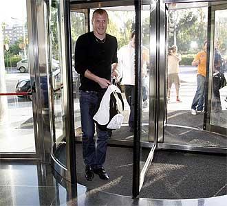 Mathieu sonr�e a su llegada a Valencia.