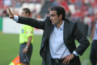 Félix Sarriugarte dirigiendo un partido.