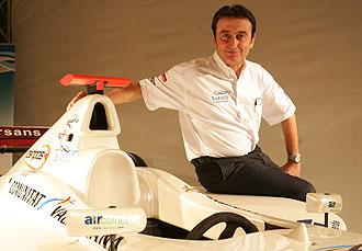 Adri�n Campos, durante la presentaci�n del equipo Barwa de GP2 en enero de 2008.