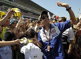 Valentino Rossi firma aut�grafos en Montmel�.
