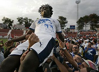 Kome es manteado tras el gol que le dio el triunfo al Tenerife