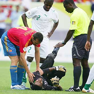 Codjia se preocupa por el estado del portero saud� durante el partido entre Espa�a y Arabia Saudita.