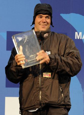 Pablo Arrarte recibe el premio al valor y al buen hacer marinero en la octava etapa.