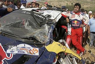 Daniel Elena, copiloto de Loeb, apoyado en su Citro�n C4, destrozado tras el accidente.