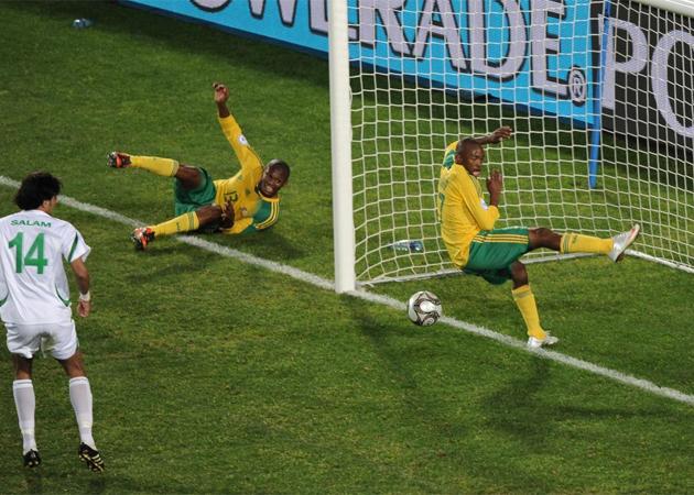 Carde�osa ya tiene sucesor. Bernard Parker ha protagonizado el Sud�frica - Irak gracias a su 'no gol'.