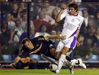 Cabrera pugna con Palacio, de Boca Juniors, durante un partido de la Copa Libertadores.