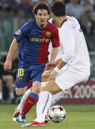 Messi encarando a Cristiano en la final de Roma.